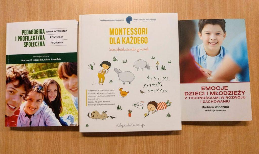 """Okładki trzech książek: """"Montessori dla każdego"""", """"Emocje dzieci i młodzieży"""", """"Pedagogika i profilaktyka społeczna""""."""