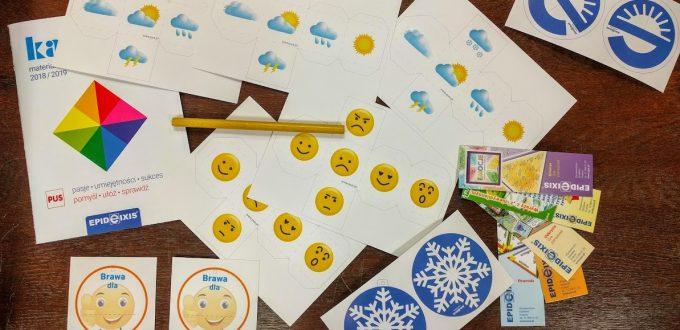 Na stole rozlożone różne naklejki z motywami dzieciecymi