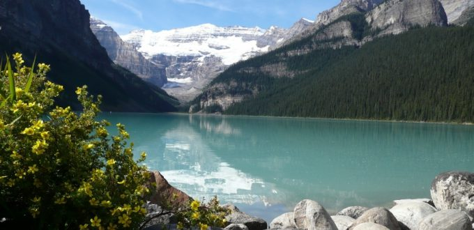 Piękny widok jeziora otoczonego górami