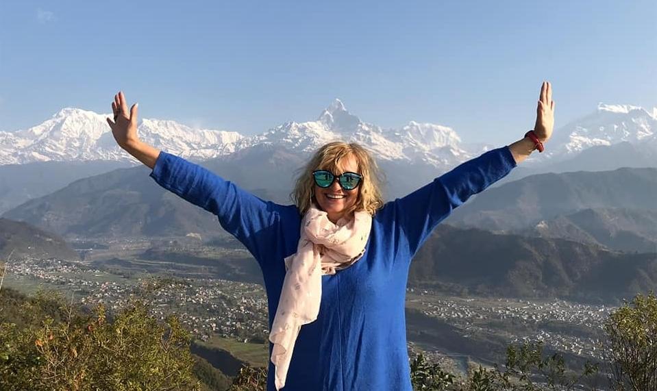 Autorka prelekcji na tle pejzażu Himalajów