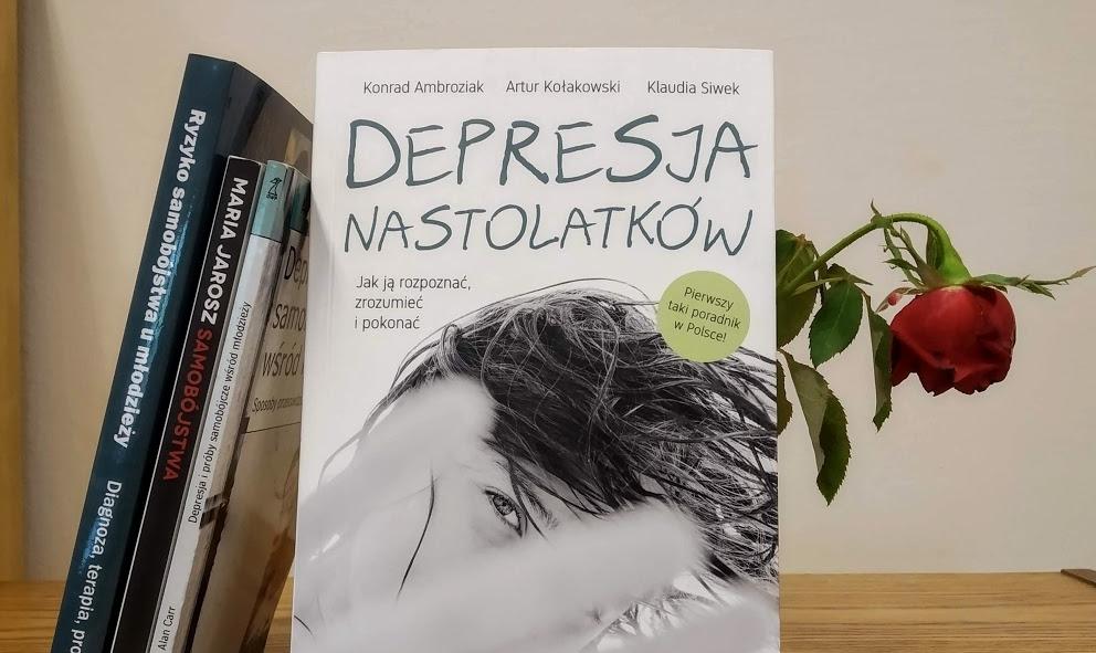"""Okładka książki """"Depresja nastolatków"""", w tle czerwona róża."""