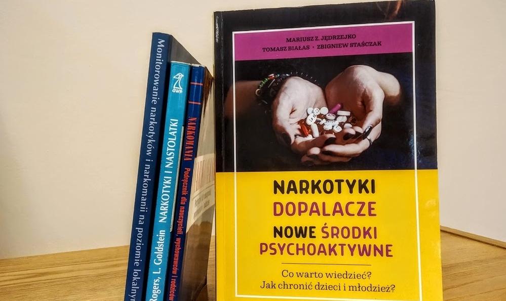 """Okładka książki """"Narkotyki, dopalacze, nowe środki psychoaktywne""""."""