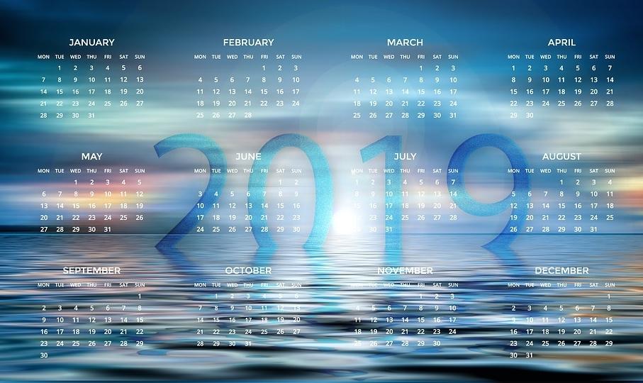 Napis 2019 na tle niebieskiego kalendarza