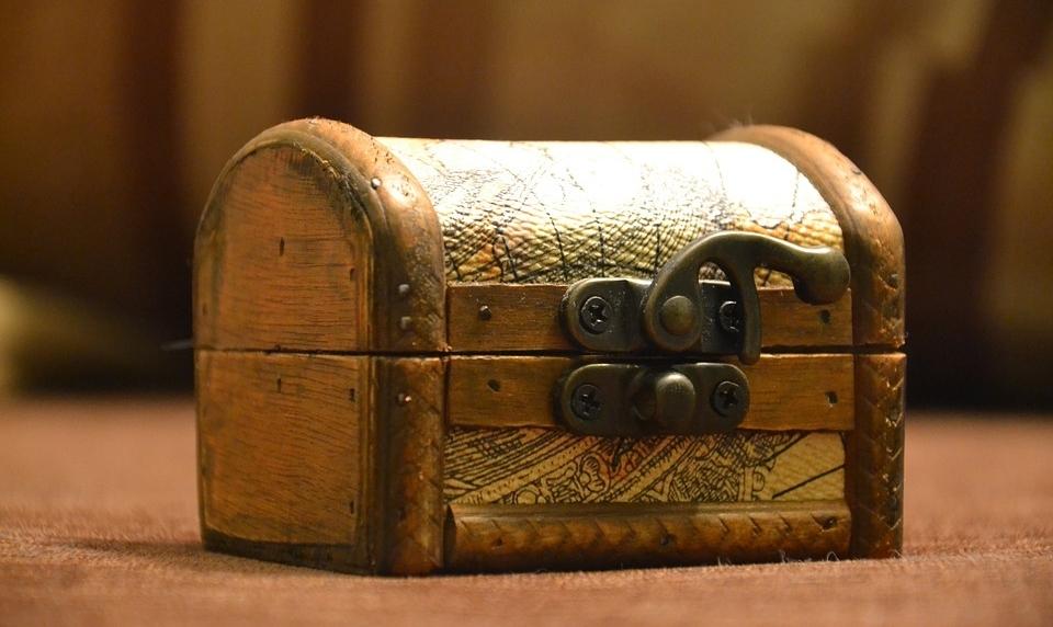 Mały kuferek z metalowym zapięciem.
