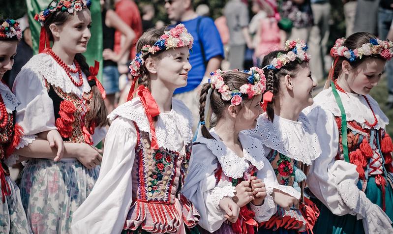 Dziewczęta w ludowych strojach krakowskich.