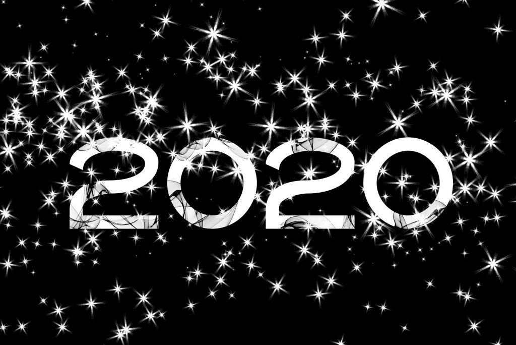 Napis 2020 na czarnym tle wśród białych gwiazdek