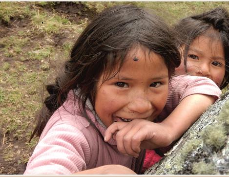 Na zdjęciu mała peruwiańska dziewczynka z uśmiechem na twarzy