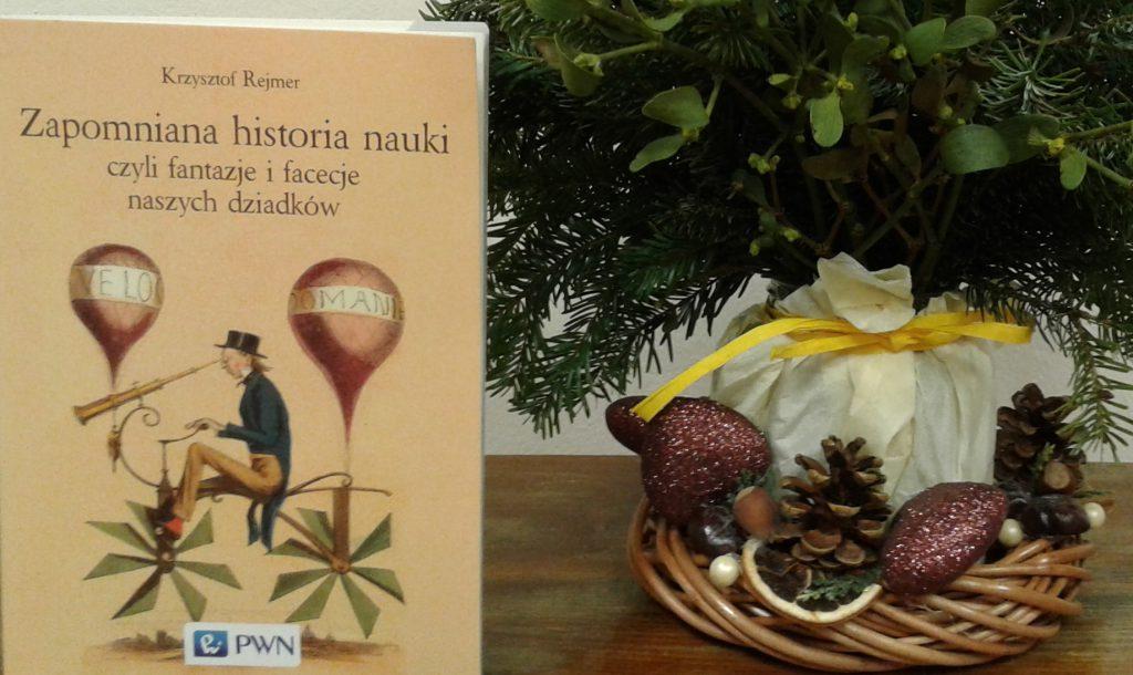 Okładka recenzowanej książki na tle stroika świątecznego.